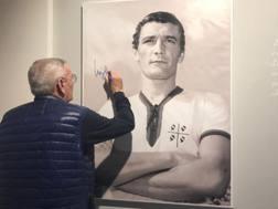 Gigi Riva, 72 anni, autografa il proprio ritratto al museo del Cagliari