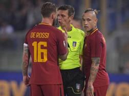 De Rossi e Nainggolan discutono con l'arbitro Rocchi.