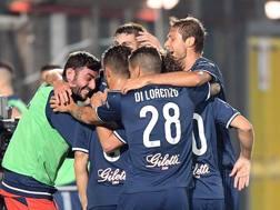 L'abbraccio dei giocatori dell'Empoli, ora in testa da solo alla classifica LaPresse