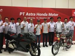 Marc Marquez e Daniel Pedrosa posano con i dipendenti della PT Astra Honda - Twitter
