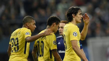 Mbappé, Neymar e Cavani dopo il 3-0 firmato dal brasiliano. Afp