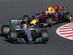 La Mercedes di Lewis Hamilton, 32 anni, davanti alla Red Bull di Max Verstappen, 20. Afp