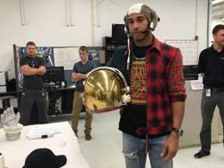 Hamilton con un casco un po' diverso da quello abitualmente indossato
