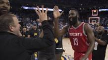Tilman Fertitta, proprietario dei Rockets, si complimenta con Harden. Reuters