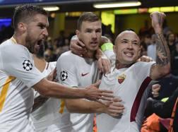 Strootman, Dzeko e Nianggolan festeggiano contro il Chelsea. Lapresse