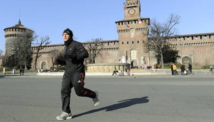 Un ragazzo fa jogging davanti al Castello. Ansa