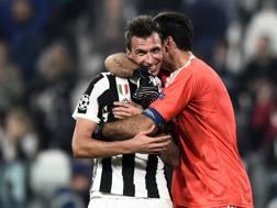 Buffon abbraccia Mandzukic. LaPresse