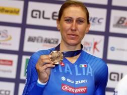 Silvia Valsecchi, 35 anni, mostra la medaglia di bronzo conquistata in Germania - Bettini