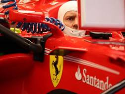 Sebastian Vettel ai box con la sua Ferrari. Lapresse