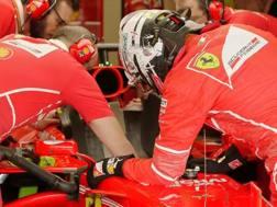 Sebastian Vettel, 30 anni, controlla insieme ai tecnici l'abitacolo: quasi al termine delle libere il tedesco avvertiva strane sensazioni