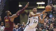 Il duello LeBron James-Giannis Antetokounmpo . Reuters