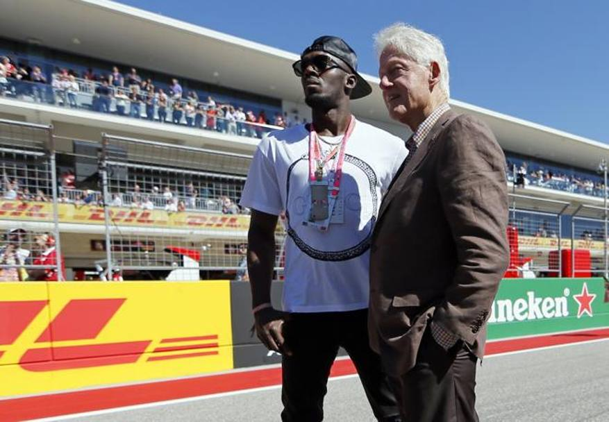 Usain Bolt con l'ex presidente Usa Bill Clinton. Afp