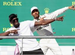 Lewis Hamilton felice sul podio di Austin con Usain Bolt. Afp