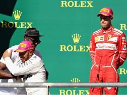 Vettel guarda Hamilton festeggiare con Bolt. Afp