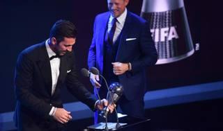 Gigi Buffon col trofeo Fifa. Afp