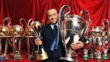 Silvio Berlusconi con i trofei vinti da presidente del Milan