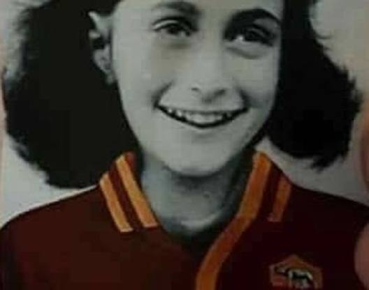 L'adesivo con l'immagine di Anna Frank con la maglia della Roma. Ansa