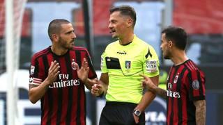 Leonardo Bonucci con l'arbitro Giacomelli e Suso al momento dell'espulsione. Ansa