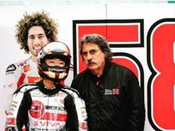 Tatsuki Suzuki con Paolo Simoncelli davanti a una foto di Marco