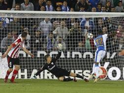 Claudio Beauvue a segno contro l'Athletic Bilbao. Ansa