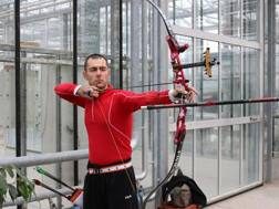 Mauro Nespoli mentre si allena nella serra di Codevilla (Pavia)
