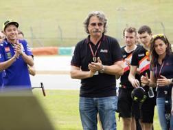 Paolo Simoncelli, papà di Marco, davanti alla lapide che ricorda il figlio. Getty