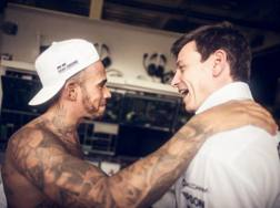 Lewis Hamilton felice dopo la vittoria del titolo qui con Toto Wolff