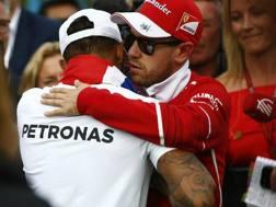 Sebastian Vettel, quarto in Messico, abbraccia il rivale Lewis Hamilton