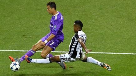 Cristiano Ronaldo con Alex Sandro durante l'ultima finale di Champions League. AFP