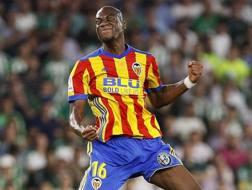 Geoffrey Kondogbia con la maglia del Valencia.
