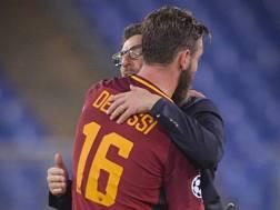 L'abbraccio tra De Rossi e Di Francesco. LaPresse
