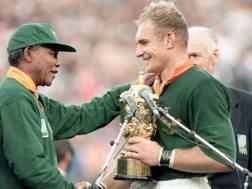 Foto storica: Nelson Mandela consegna la Coppa del Mondo a Pienaar a Johannesburg