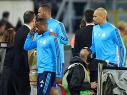 Patrice Evra, portato via dai compagni dopo la rissa con i propri supporters. Afp