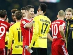 Lewandowski saluta Aubameyang a fine gara. Epa
