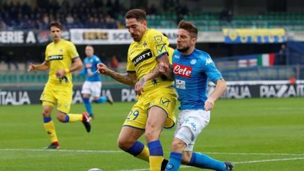 Dries Mertens contro Fabrizio Cacciatore. Reuters