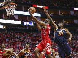 James Harden a canestro contro Udoh. Reuters