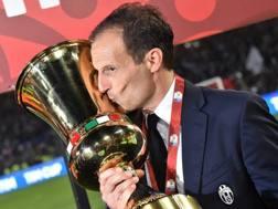Massimiliano Allegri bacia la Coppa Italia vinta dalla Juve a maggio. Afp