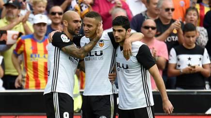 Rodrigo, festeggiato da Zaza e Guedes dopo il gol al Leganes. Afp