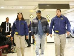 Mike Tyson accompagnato dalla polizia cilena dopo i no all'ingresso nel Paese. Reuters