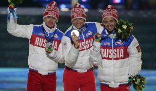 Il podio tutto russo della 50 km olimpica: Maxim Vylegzhanin, d'argento, è il primo a sinistra e Alexander Legkov (oro). Ap