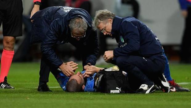 Lo staff medico della Nazionale soccorre Leo Bonucci.