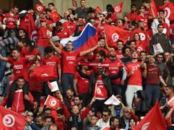I tifosi della Tunisia sostengono la squadra contro la Libia. Afp