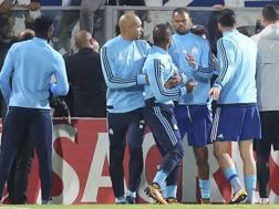 Patrice Evra, 36 anni, trattenuto dai compagni dopo la folle aggressione in Portogallo. Reuters
