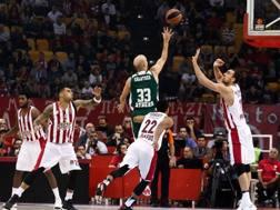 Nick Calathes al tiro contro l'Olympiacos. Epa