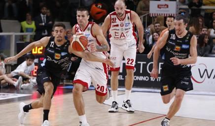 Lotta spalla a spalla fra Andrea Cinciarini (destra) e Diego Flaccadori. Ciam/Cast