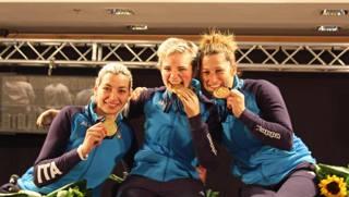 Da sinistra Andreea Mogos, Bebe Vio e Loredana Trigilia festeggiano la loro medaglia d'oro nel fioretto a squadre. Ansa