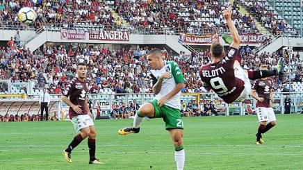 Andrea Belotti, 23 anni, segna un gol pazzesco contro il Sassuolo. Ansa