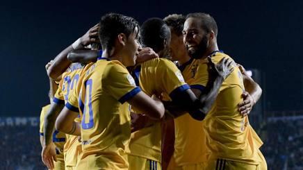 L'abbraccio a Higuain dopo il momentaneo gol del vantaggio a Bergamo contro l'Atalanta. La partita finirà 2-2. Getty