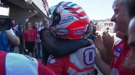 Andrea Dovizioso abbracciato ai box