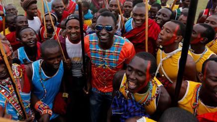 L'olimpionico degli 800 David Rudisha con dei fan di una tribù di Masai. Reuters